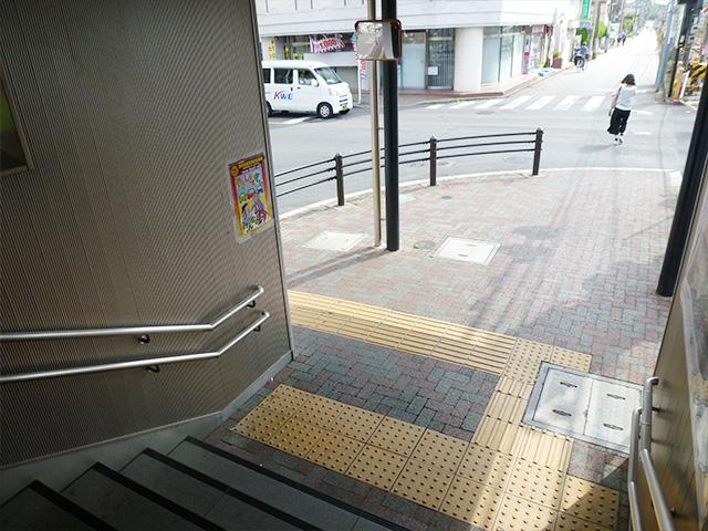 矢川駅階段下